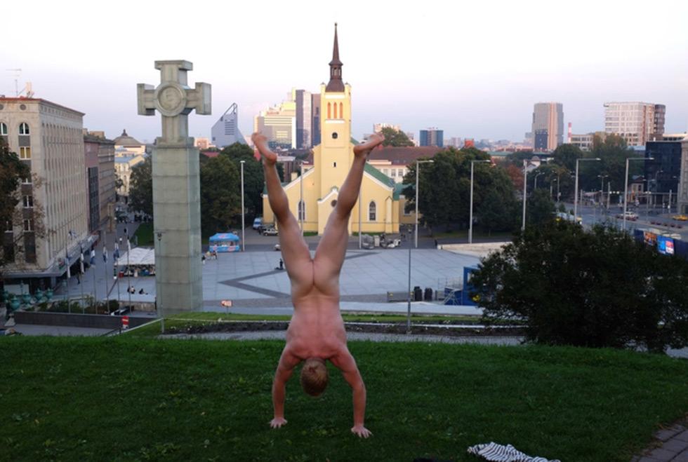 Naked-Handstander13