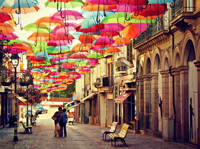 A instalação artística feita com guarda-chuvas que enche as ruas de uma cidade portuguesa durante o verão