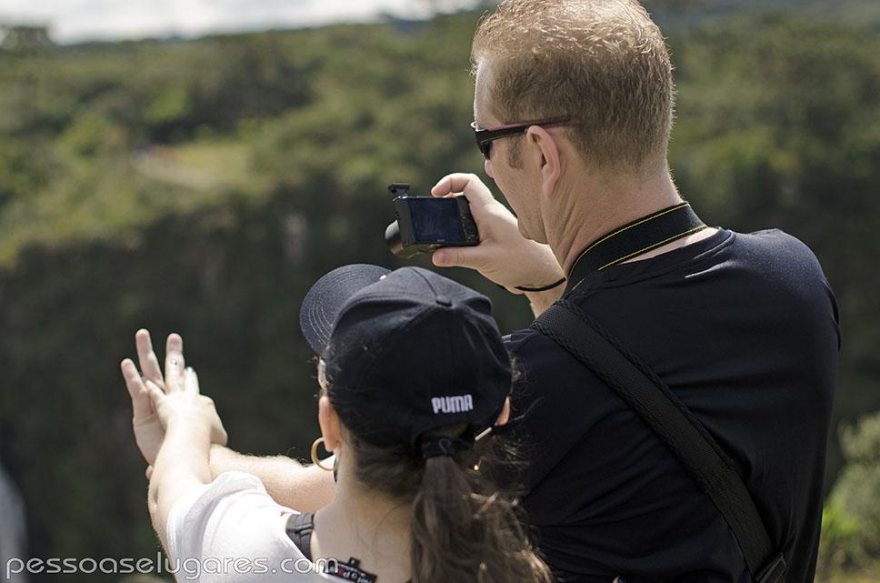 00 Casal Fotografando as mãos em Cambará do Sul - RS pessoaselugares.com