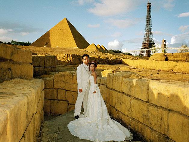 China, Shenzhen, Wedding Couple in the Themepark Window of the World