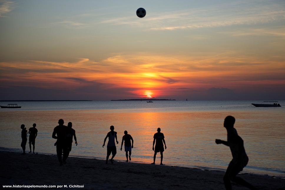 Futebol-na-praia-em-Zanzibar