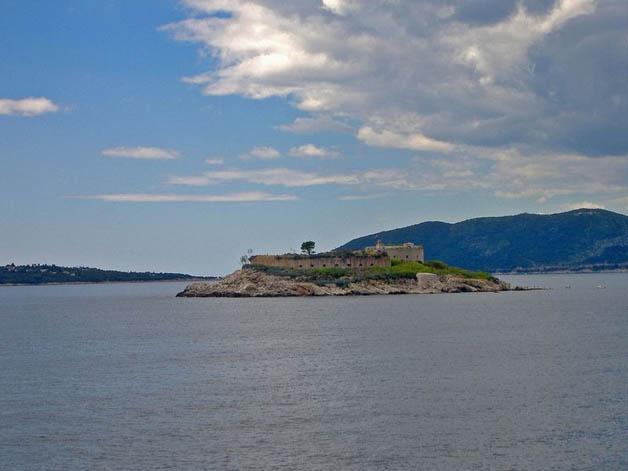 http://nomadesdigitais.com/wp-content/uploads/2016/01/mamula-island-fort-22.jpg