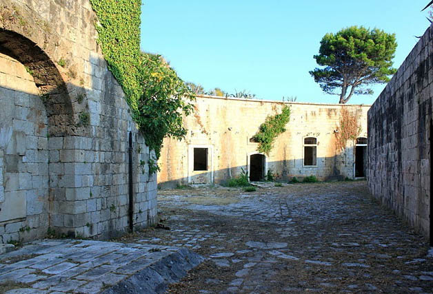 http://nomadesdigitais.com/wp-content/uploads/2016/01/mamula-island-fort-62.jpg