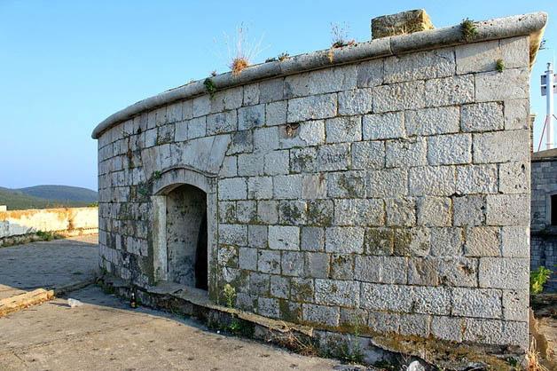 http://nomadesdigitais.com/wp-content/uploads/2016/01/mamula-island-fort-72.jpg