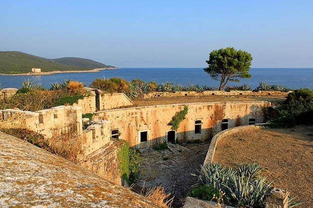 http://nomadesdigitais.com/wp-content/uploads/2016/01/mamula-island-fort-82.jpg