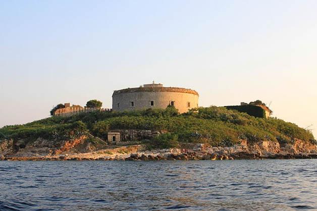 http://nomadesdigitais.com/wp-content/uploads/2016/01/mamula-island-fort-92.jpg
