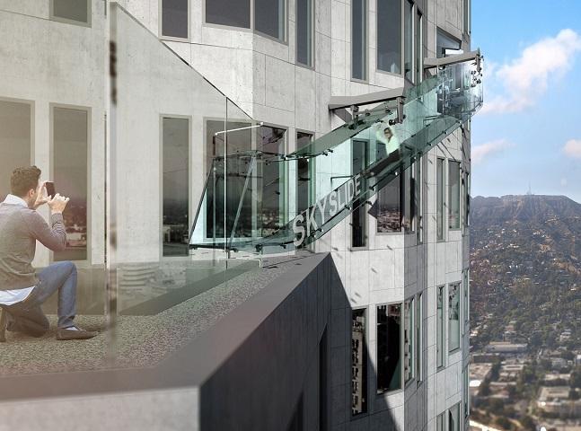 Este escorregador de vidro no alto de um prédio em LA vai te dar vertigens