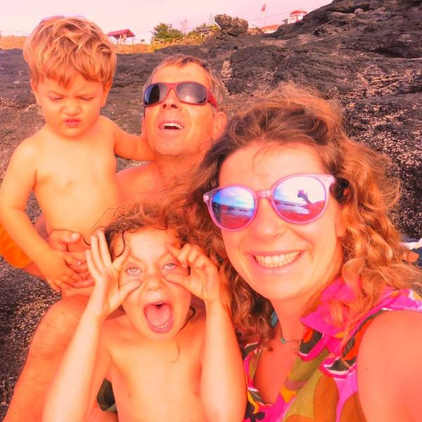 Essa família vai viver a bordo de um barco dando a volta ao mundo nos próximos anos e com dois filhos pequenos