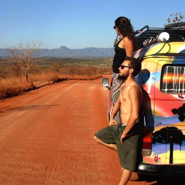 Casal de artistas brasileiros viaja América do Sul há um ano morando em kombi-home