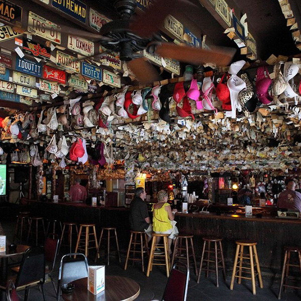Conheça o Captain Tony's Saloon, bar onde Hamingway passou muitas de suas noites
