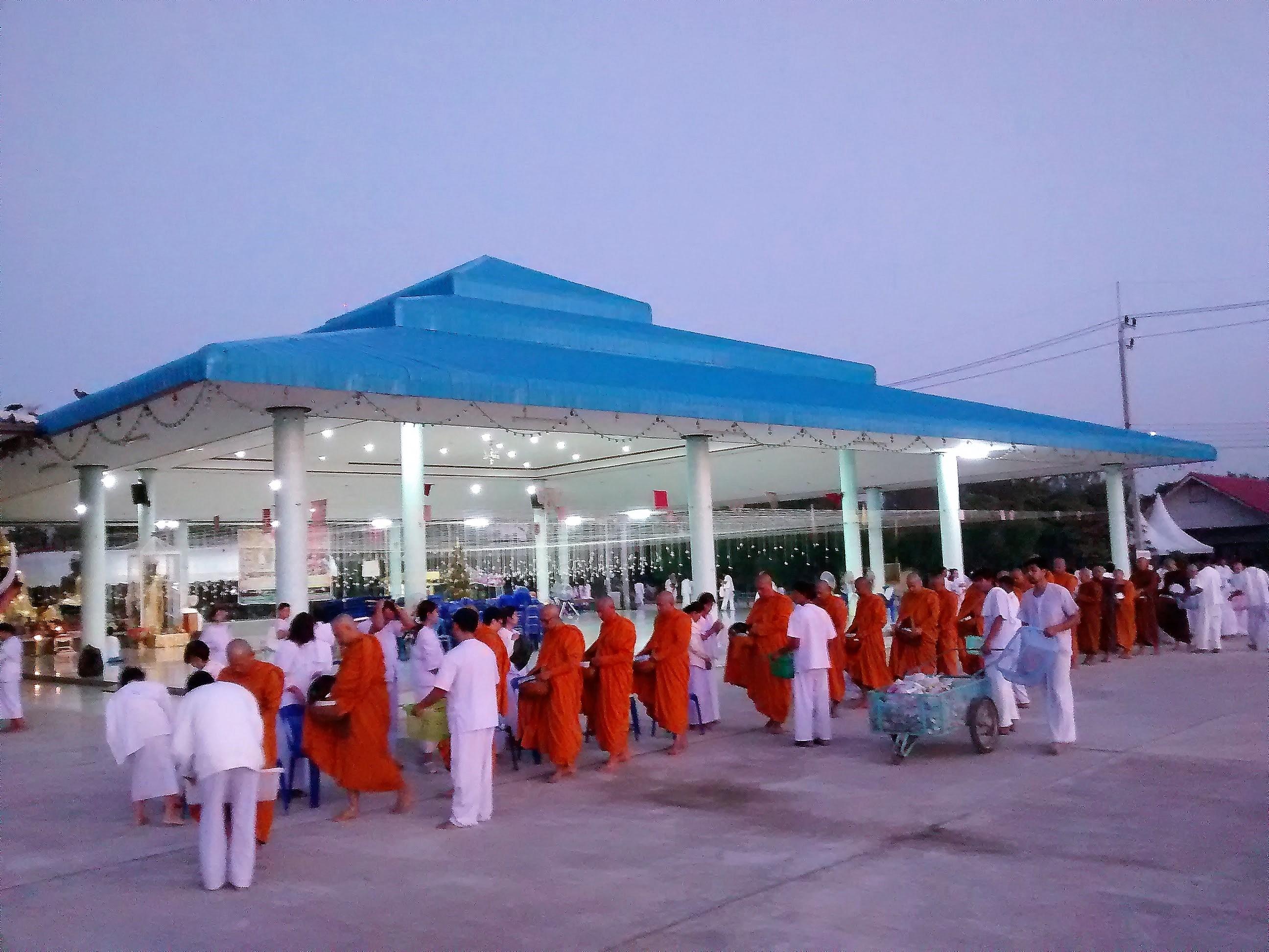 Monges recebem doacao no Templo