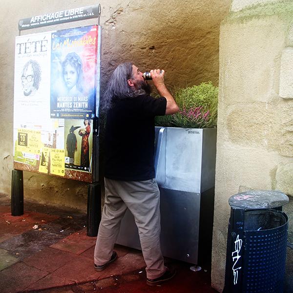 Paris está ficando cada vez melhor com mictórios públicos que transformam urina em adubo