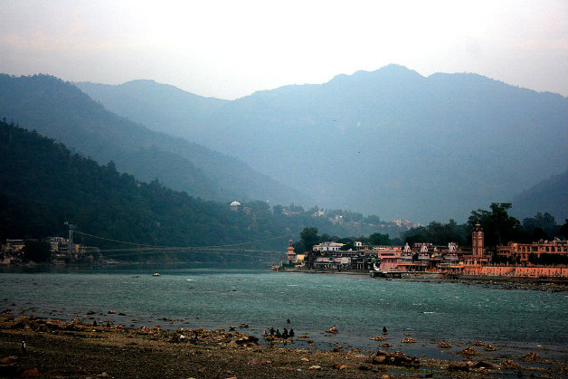 1024px-Rishikesh_Ghat_and_Ram_Jhulla