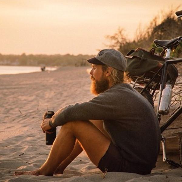 10 dólares por dia é quanto gasta este homem que anda pelo mundo pedalando