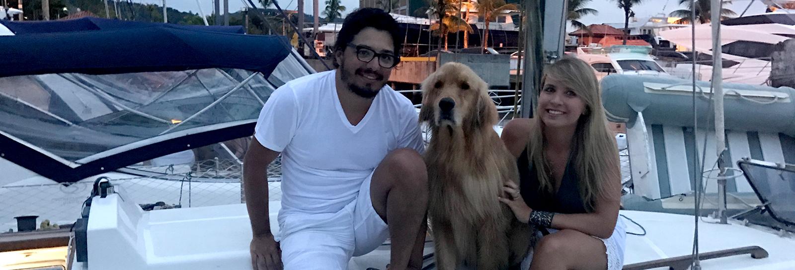 Ele diretor de mídia, ela designer de moda, saíram para viver a bordo de um veleiro com seu cachorro