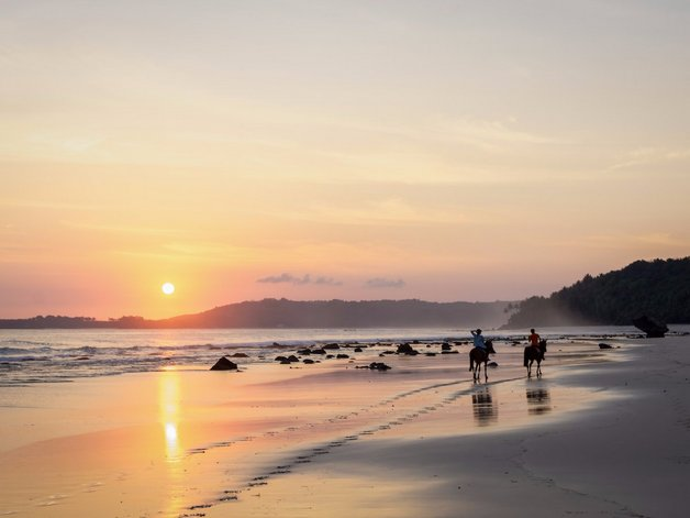 there-are-riding-stables-with-a-team-of-guides-to-take-guests-out-on-sunrise-and-sunset-horseback-riding-trips-along-the-beach-or-up-into-the-hills-and-past-rice-fields-and-the-rain-forest